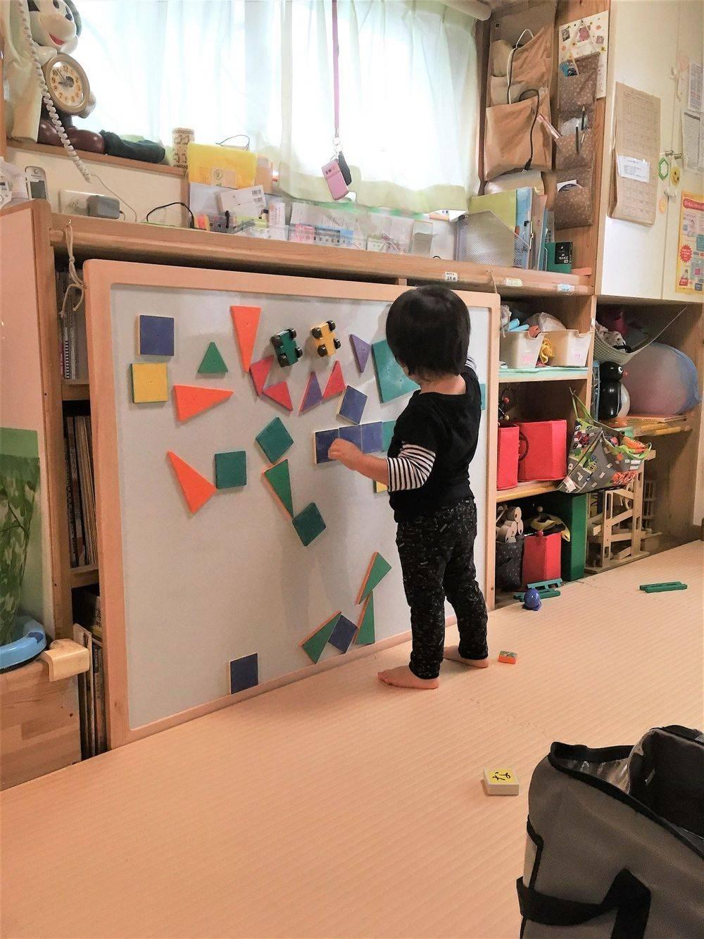 壁面利用:その1 大きなホワイトボード。 パネルシアターや ピタゴラスマグネット遊びをしています。 壁面から立体を創り出すことも可能。 赤ちゃんを卒業した2歳、3歳さんの 好奇心や創造力をを引き出し、 どんどん伸ばします。