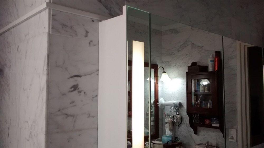 Fixation et alimentation meubles SDB sur marbre.