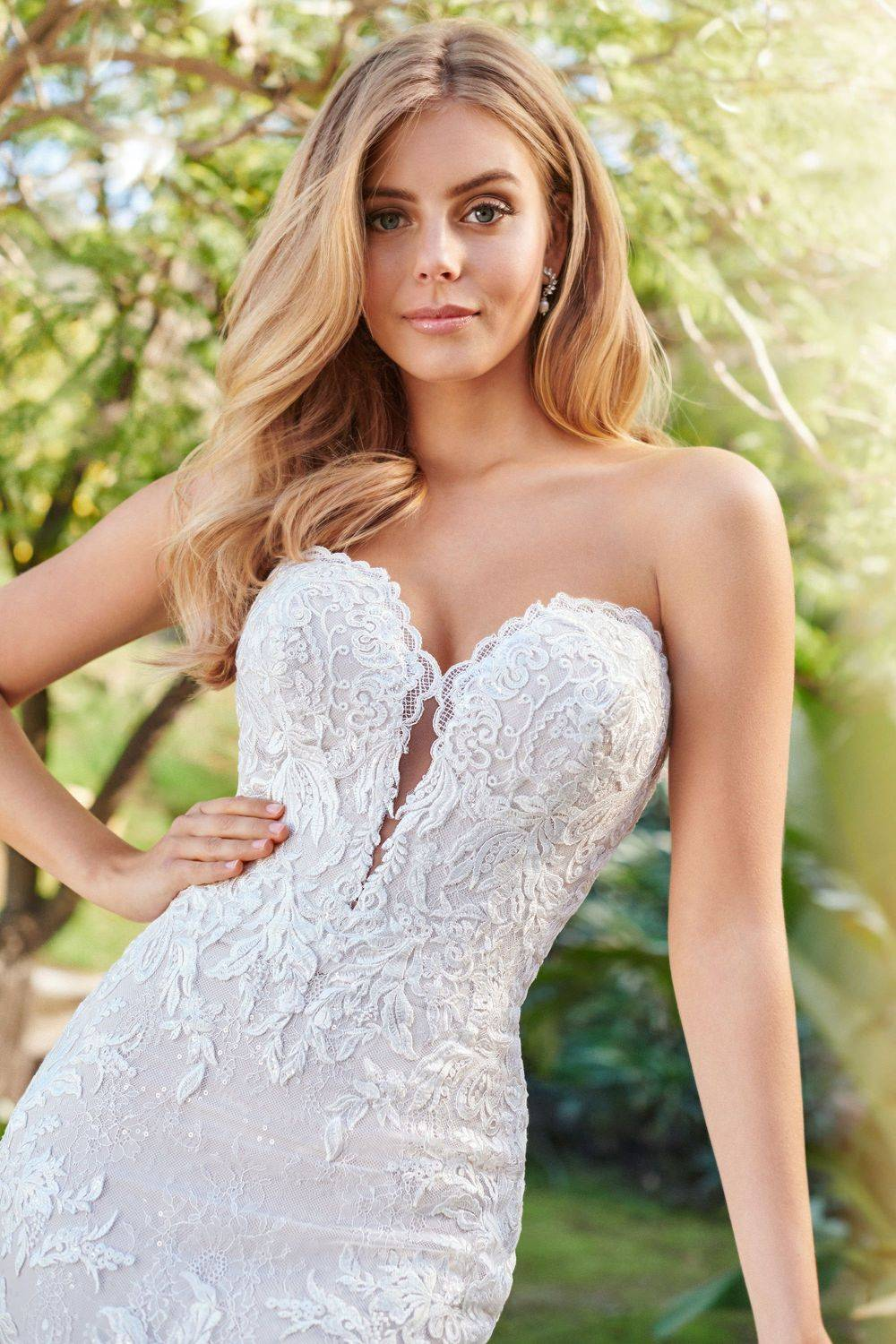 dipped sweetheart neckline, lace, pretty wedding dress, wedding dress in kent, wedding dress shop in medway
