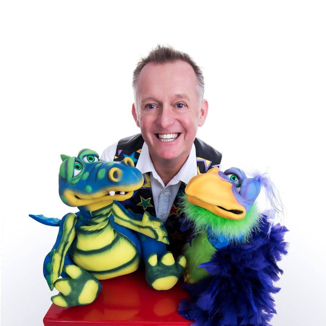 High quality, professional, hassle free, family entertainment is only a few clicks away! Get in touch today and Dean will advise the best show package to suit your occasion!  The Dizzy Dean Magic Show is filled with lots of comedy and amazing magic, hilarious puppets, cool balloon modelling live rabbit and loads of audience participation.