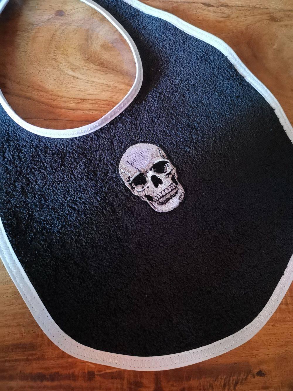 Bavoir pièce unique, Bavoir patch, bavoir vintage , Bavoir tête de mort, bavoir rock, bavette, rock, tête de mort , skull, crâne, rocknbabe, rocknbabeshop, pinup, rockabilly, tattoo, maman, bébé, cadeau naissance, Rock'n'Babe
