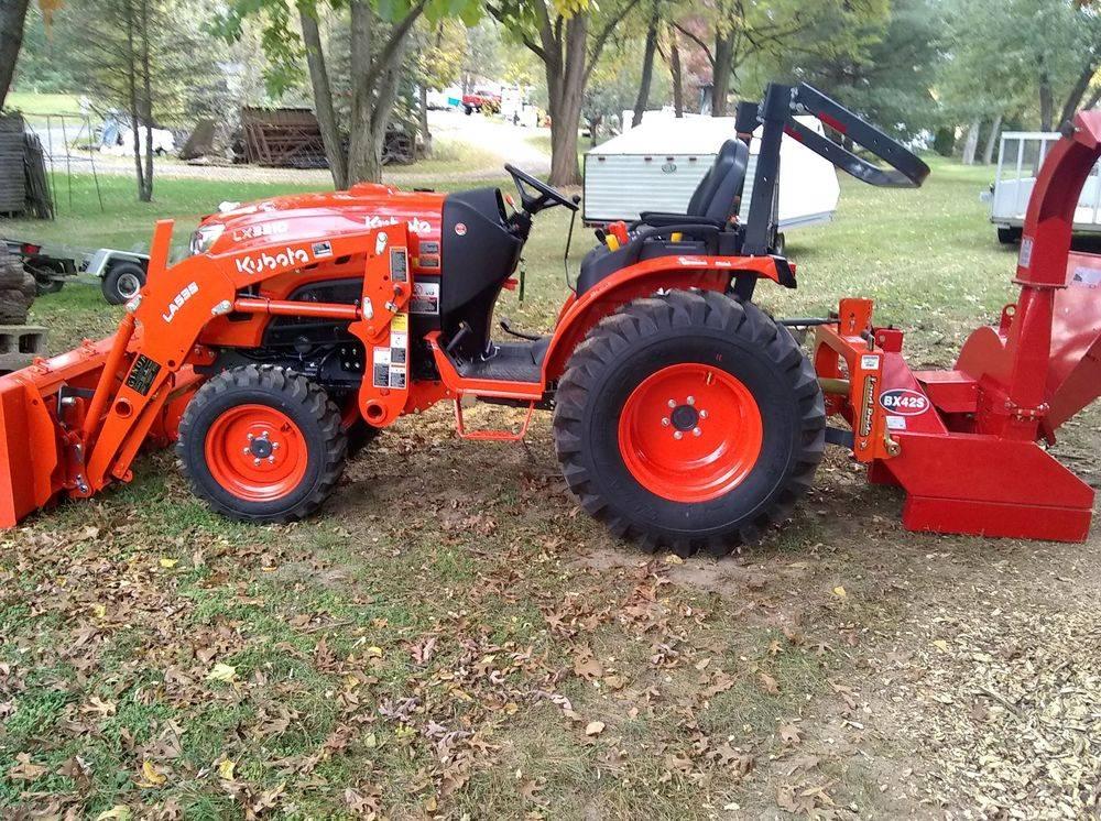 Kubota LX3310. Kubota LX2610. Kubota tractor step.