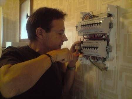 l'électricien en action.