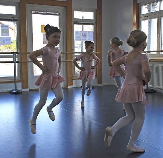 Auch die jüngsten Tänzerinnen brauchen eine Pause. Nach ca. einer halben Stunde verliert sich die Konzentration der Kinder, so daß eine kurze Pause wichtig ist. Danach geht es wieder munter weiter.