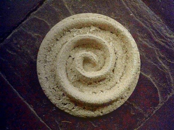 Relieff-Guss in Sand mit Gips und Beton