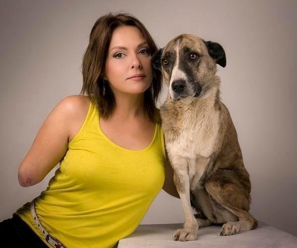 frau und hund mit amputierten arm