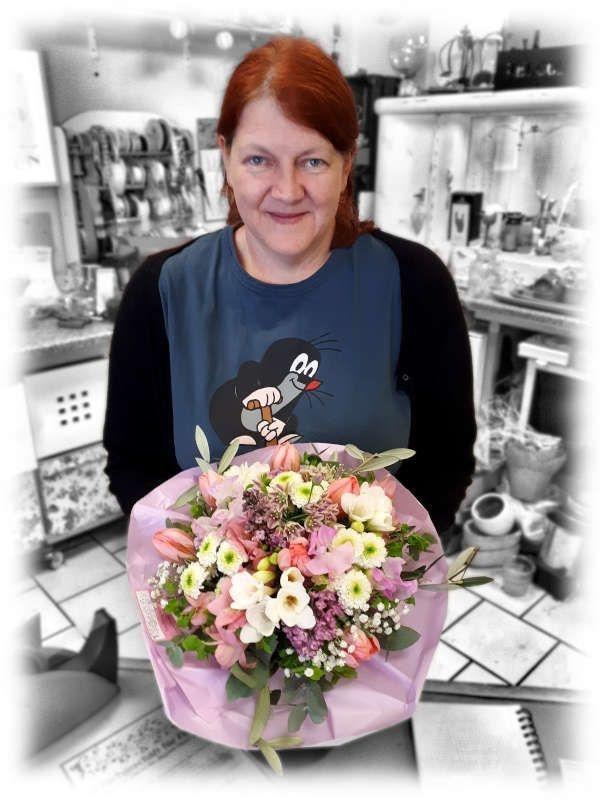 Nicole Tiwisina mit Blumenstrauss vom Blumenladen Tiwis Blütenzauber in Düssseldorf