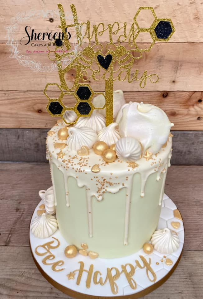 Topper with a glitter topper and meringues and gold elements
