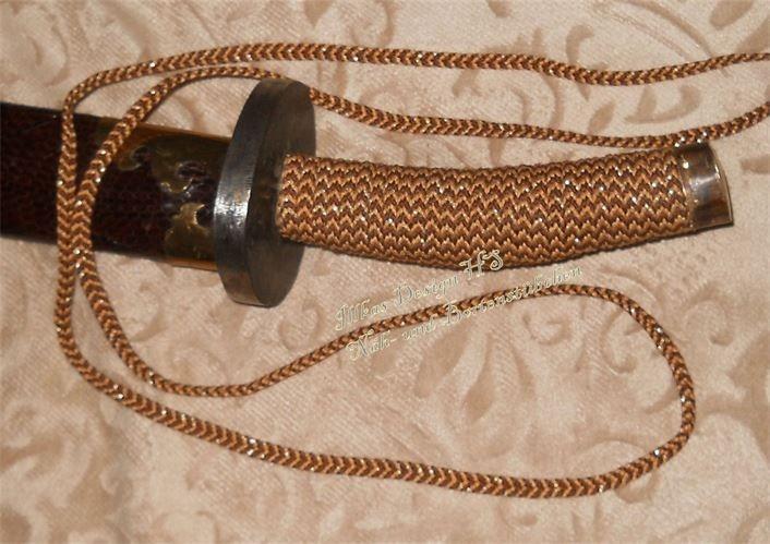 Schwertgriff restauriert und mit einem Kumihimo geflochtenen Band umwickelt.