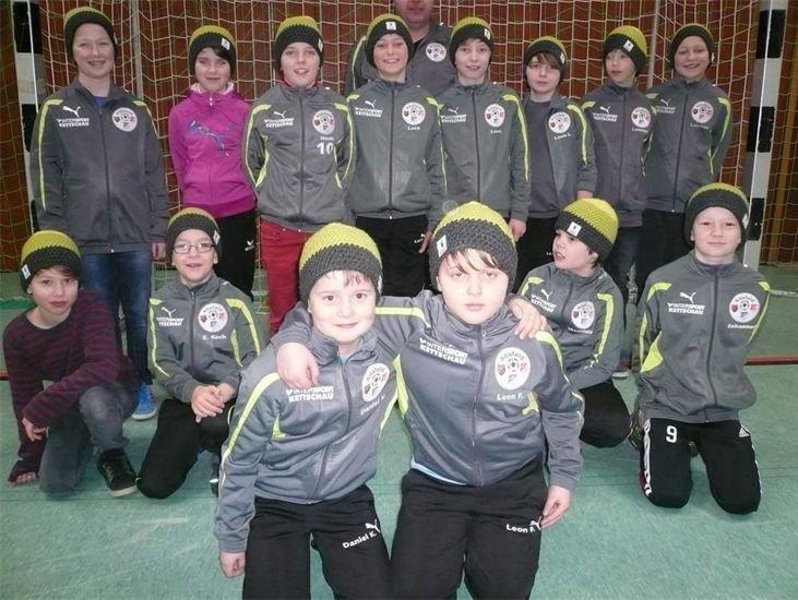 Jugendfußballer der JSG Altefeld mit ihren neuen Mützen. Wolle: Casa di Lana