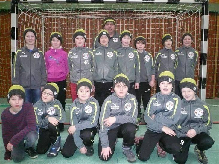 Jugendfußballer der JSG Altefeld mit ihren neuen Mützen.Wolle: Casa di Lana