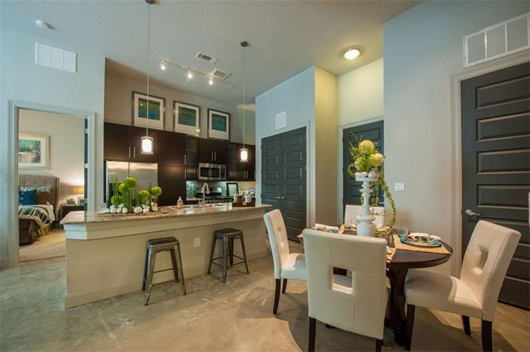 Houston apartment kitchen and dining area, gas range, stainless steel appliances