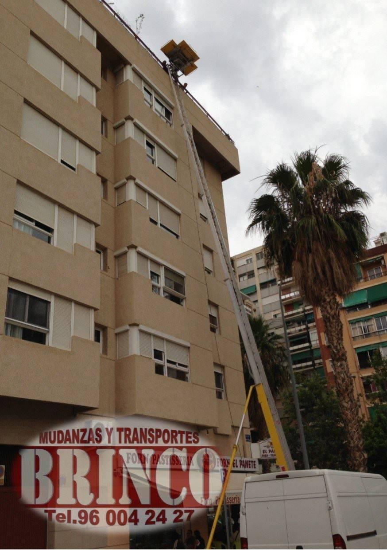 Servicio Grúa montamuebles - Elevador montamuebles Valencia, mudanzas economicas, mudanzas baratas, www.brinco.info, 657 209 261