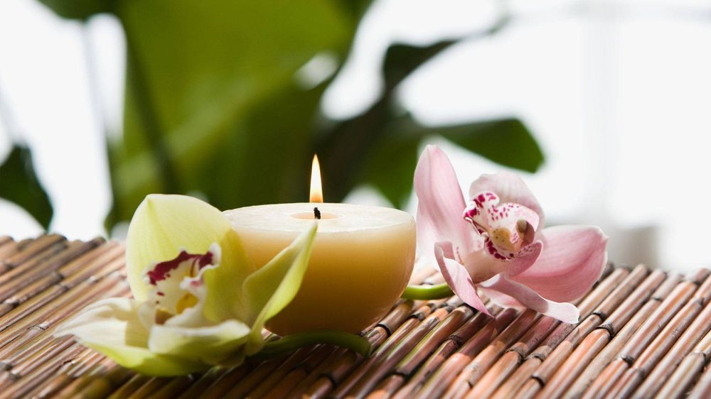 Aromatherapy candle with essential oil at massage therapy studio in Virginia