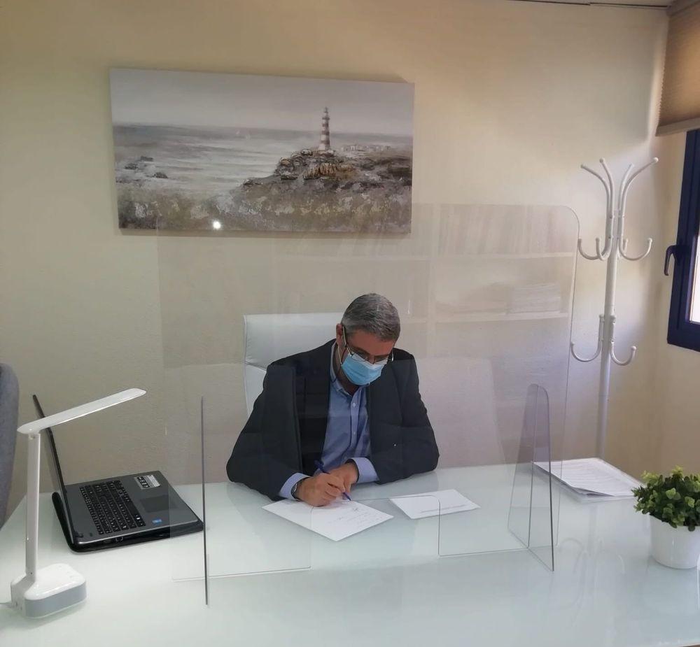 Julio Flores en su consulta