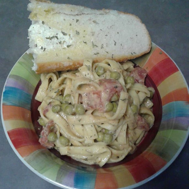 Garlic Amish fettuccine with tomato and sugar peas