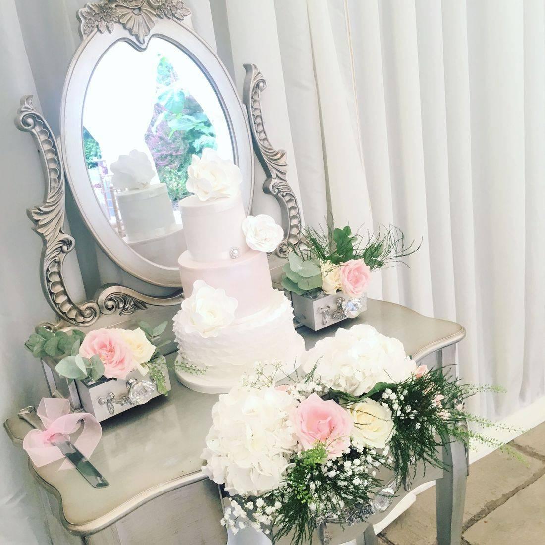 Wedding at Birtsmorton Court, Cake Dresser, Wedding flowers, wedding cake