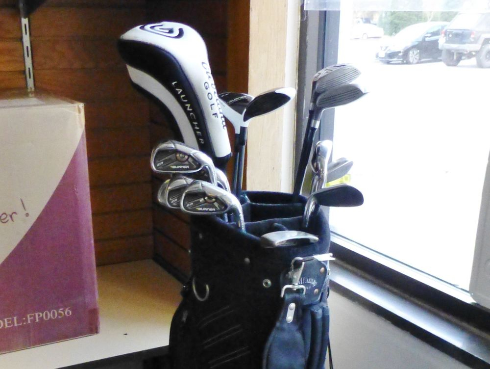 close up picture of black callaway gold bag holding taylormade golf clubs