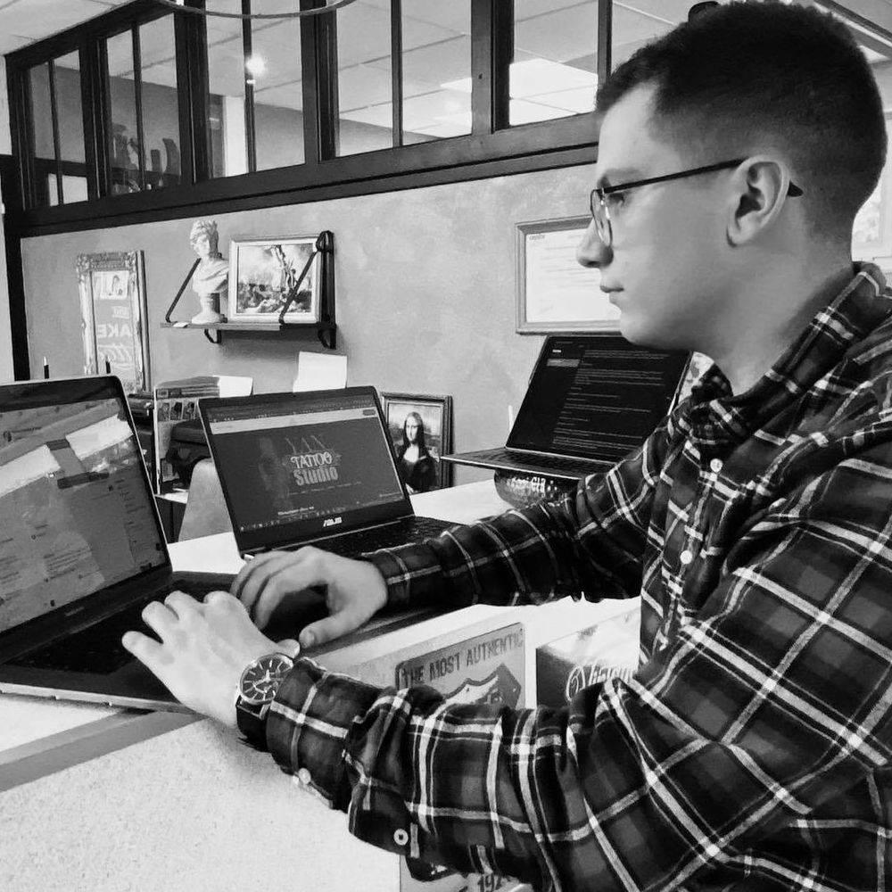 jeune homme devant un ordinateur
