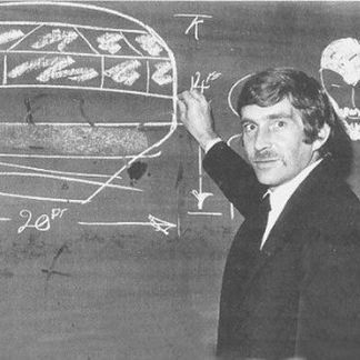 Alan Godfrey dessinant à la craie  l'OVNI et l'extraterrestre barbu