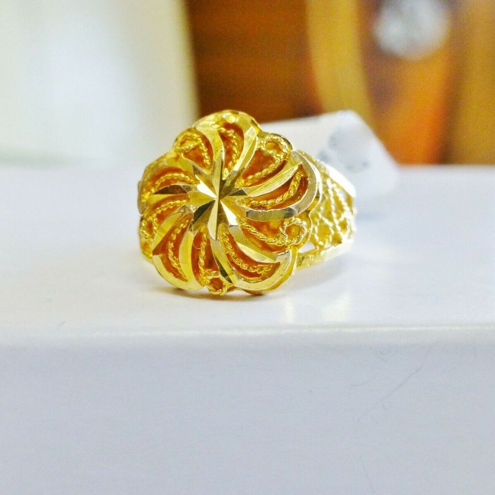 Closeup picture of a yellow gold fan style swirling medallion filigree ring