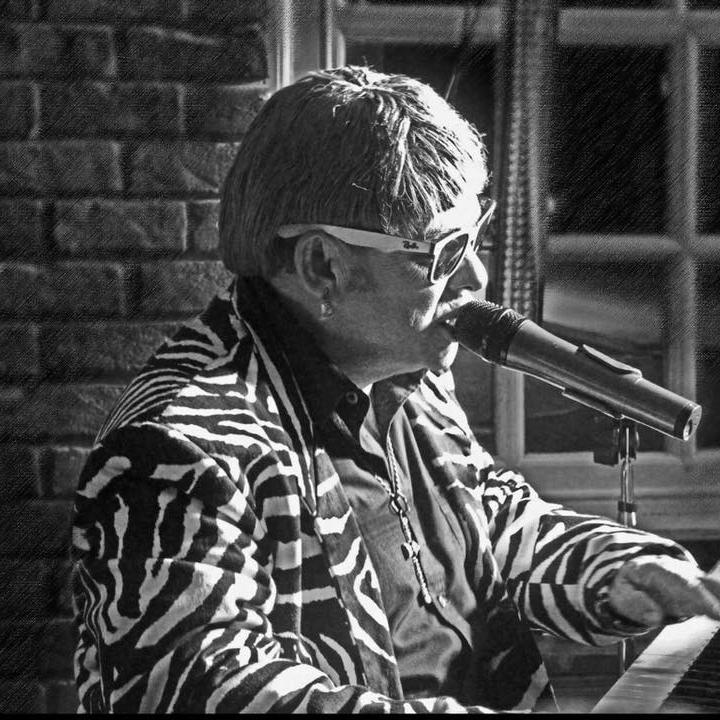 Elton John Tribute act  Andy Crosbie  Rocketman ! CLASSIC