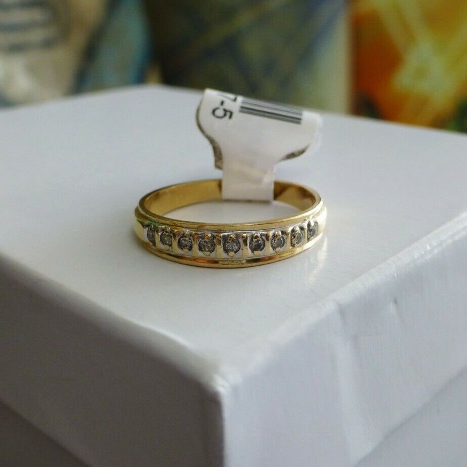 Round diamond prong set in white gold on a yellow gold wedding band