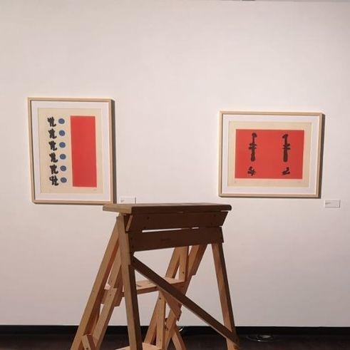 Se cumple ahora un centenario del nacimiento de Joan Brossa, poeta de la antipoesía. En referencia a sus colaboraciones con Miró, afirmó: hay personas que tienen un mismo voltaje, como las bombillas. Y entonces no se funden, sino que funcionan. By c2c Proyectos Culturales