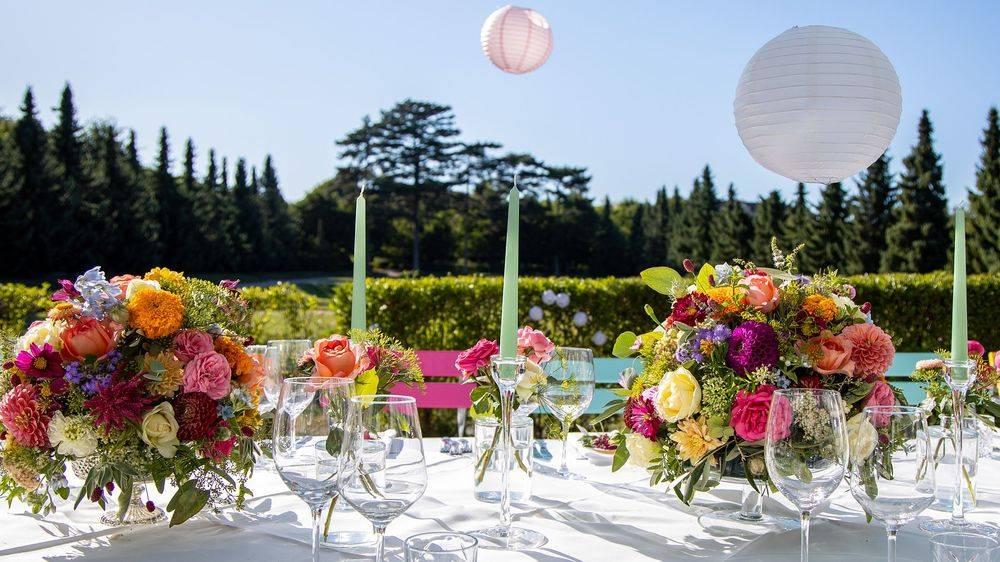 Gartenfest, Sommerfest, Sommerhochzeit, Lampions, Blumenschmuck