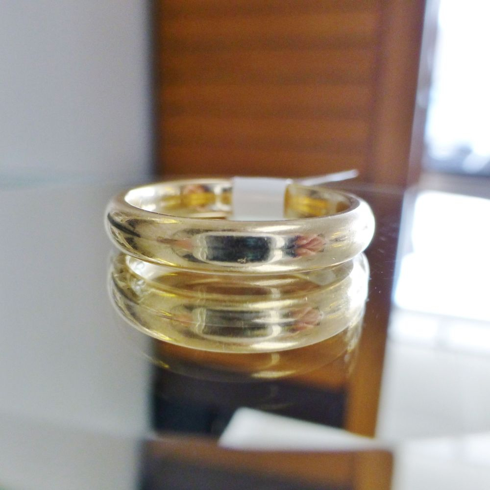 Closeup picture of a men's polished yellow gold wedding band