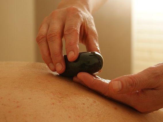 Massage aux pierres chaudes à Roquefort les pins