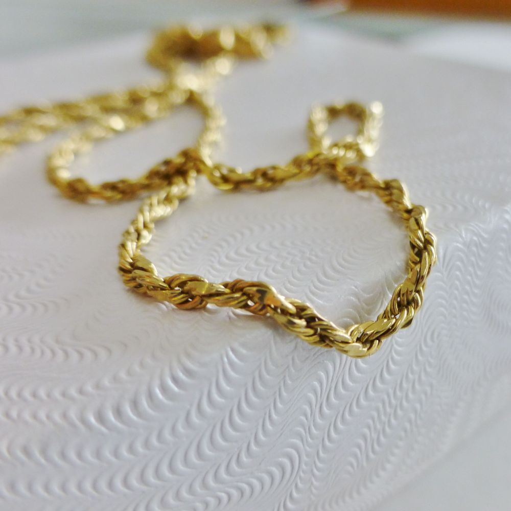 Closeup picture of a twisted rope chain in yellow gold