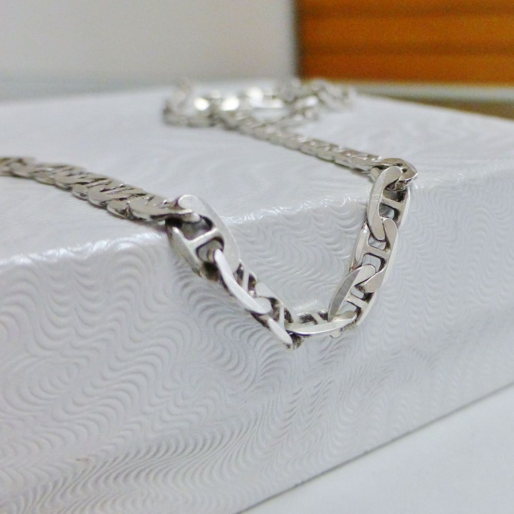 Closeup picture of a sterling silver men's mariner link chain