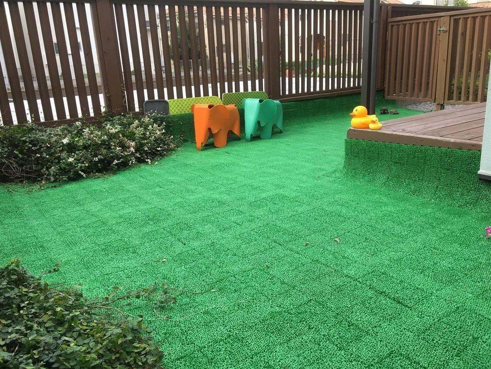 お庭 グリーンはチクチクしないタイプの人工芝。 裸足で遊べます。 何でも口に入れてしまう時期の赤ちゃんでも、 のびのびとハイハイ出来るように 土や小石が無いお庭にしました。 お散歩に行けない日でも 多少の雨ならビッグパラソルの下で遊んでいます。  目の前は広い畑で 陽当たり&風通し良好♪