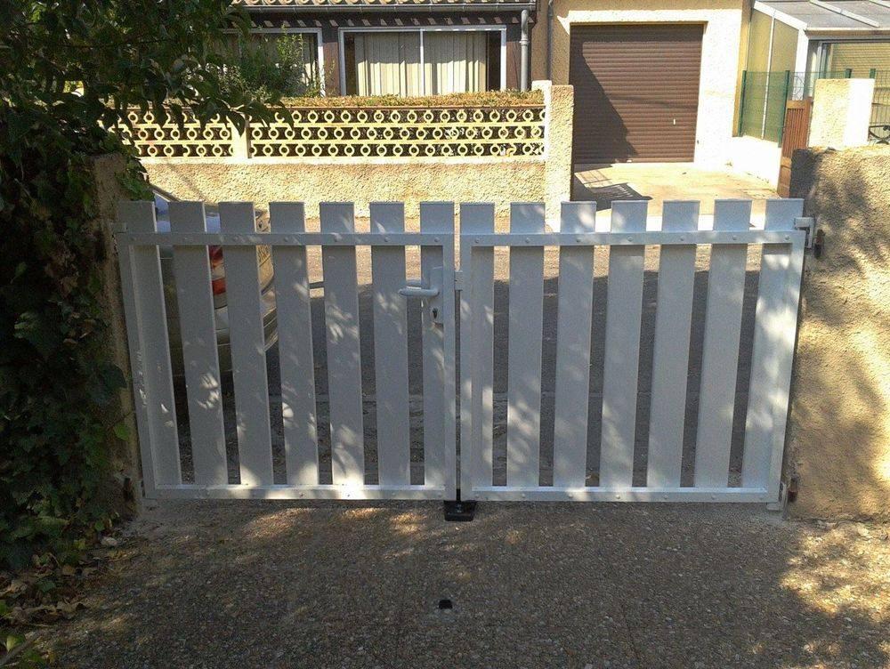 Fixation d'un portail de jardin.