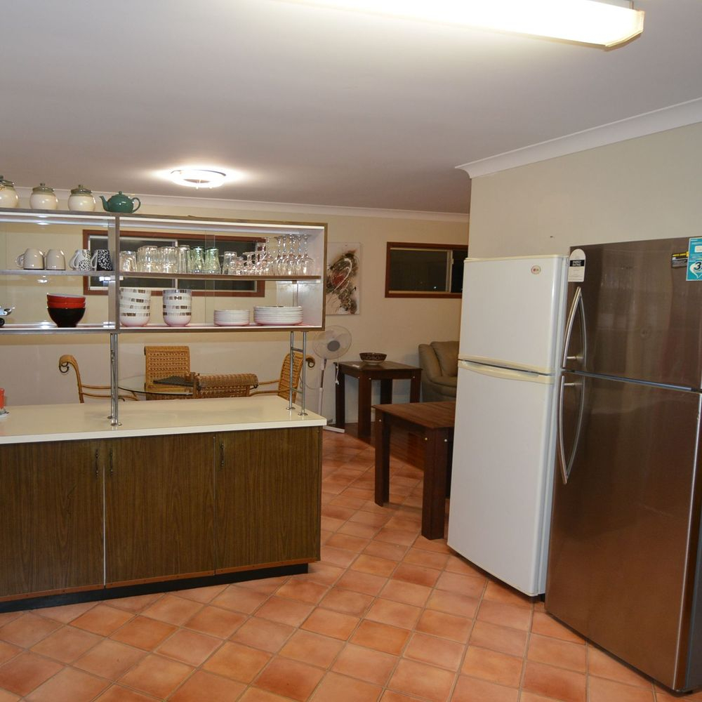 Gladstone self catering. House short term. Work crews large groups. Holiday House.