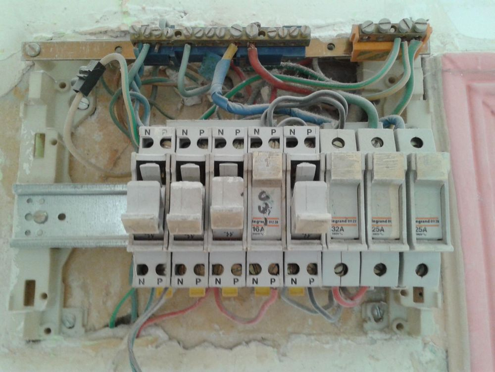 Electricité à refaire.