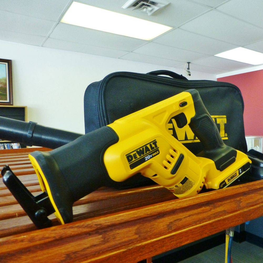 Close up picture on a black and yellow DeWalt reciprocating saw Kit