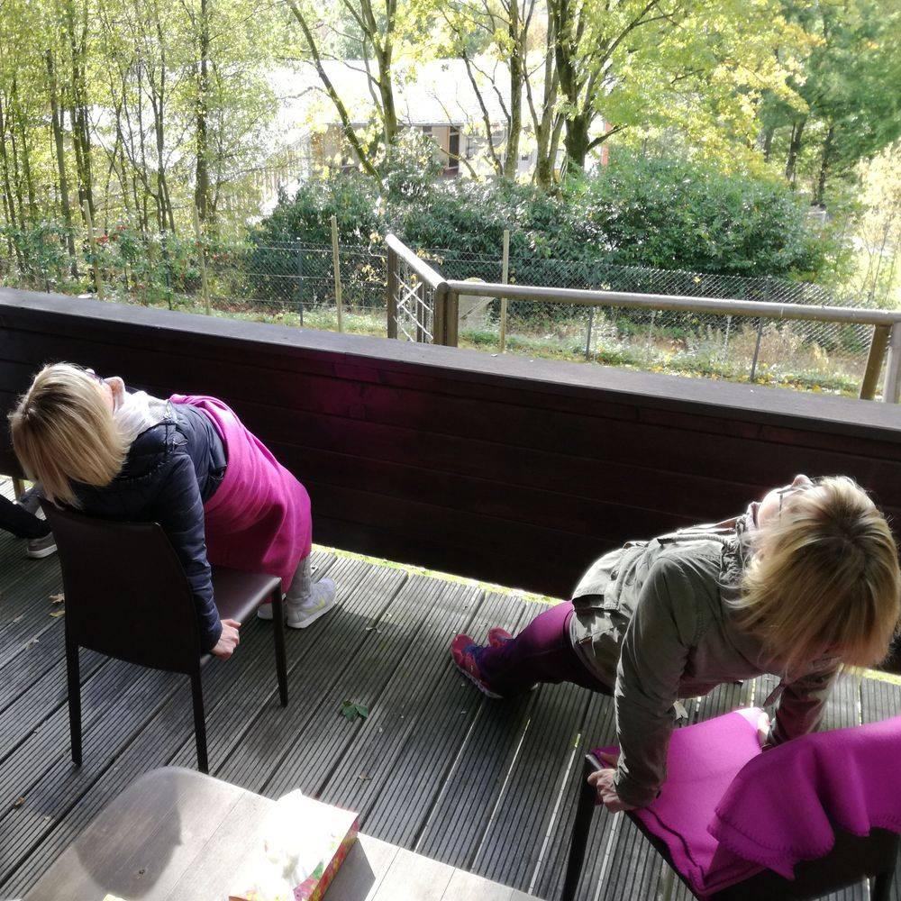 Heike Otto Angebot Frauen RausZeit Balkon Bewegung draussen Ausblick Yoga am Stuhl