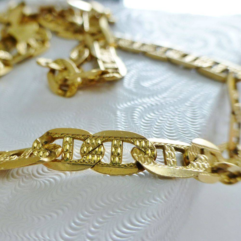 Closeup picture of a yellow gold mariner link men's necklace