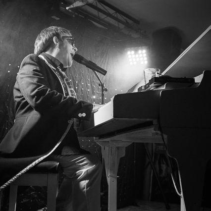 Elton John Tribute act  Andy Crosbie  Rocketman !\2