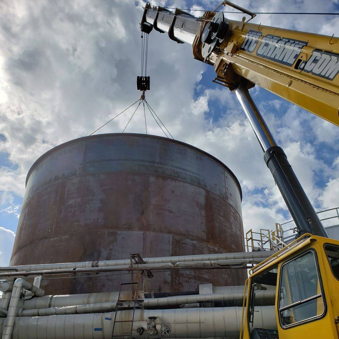 Diesel API 650 Storage Tank work site with Link Belt RT and Genie Manlift.