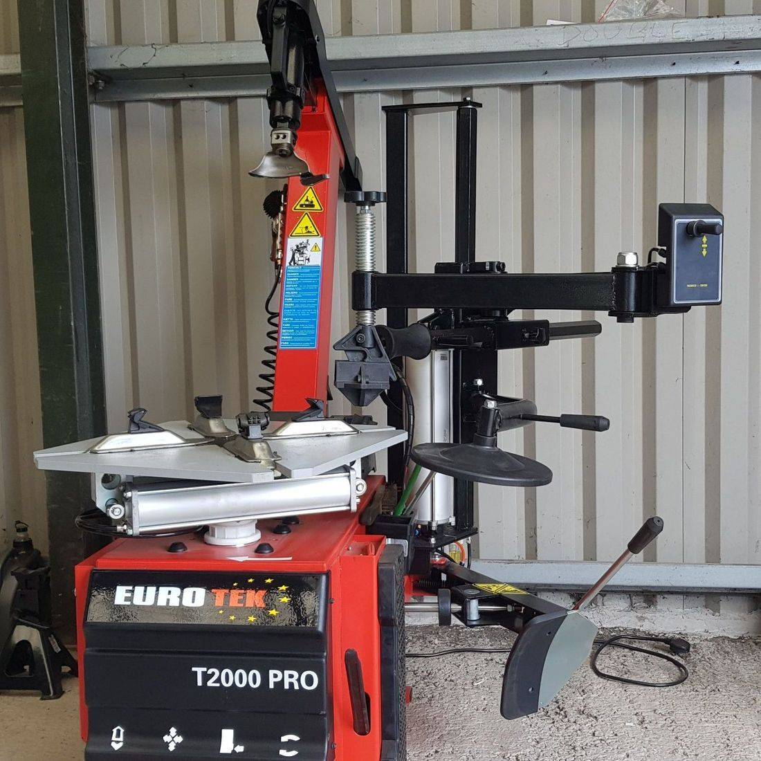 Tyre changing machine, run flat tyres, assist arm