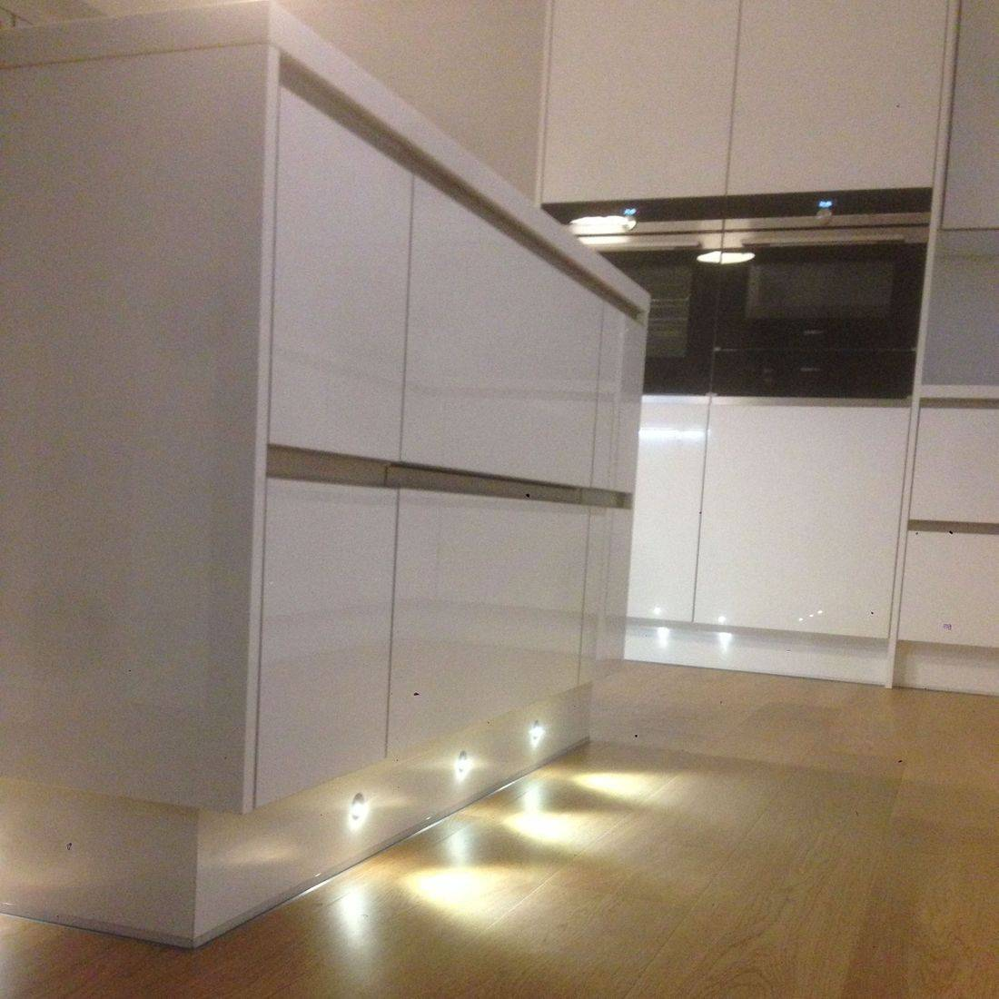 gloss white fitted kitchen